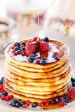 Pancake con le bacche ed il miele Fotografie Stock Libere da Diritti