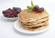 Pancake con le bacche, il miele e la menta Fotografia Stock Libera da Diritti