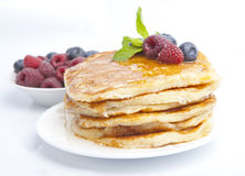 Pancake con le bacche, il miele e la menta Immagini Stock