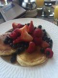 Pancake con le bacche miste Immagine Stock
