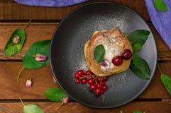Pancake con le ciliege Priorità bassa di legno Primo piano Vista superiore Fotografia Stock Libera da Diritti