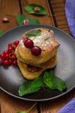 Pancake con le ciliege Priorità bassa di legno Primo piano Vista superiore Fotografie Stock
