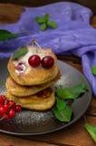 Pancake con le ciliege Priorità bassa di legno Primo piano Vista superiore Immagini Stock Libere da Diritti