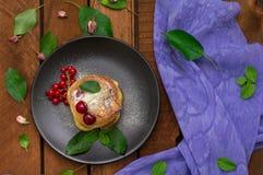 Pancake con le ciliege Priorità bassa di legno Primo piano Vista superiore Immagini Stock