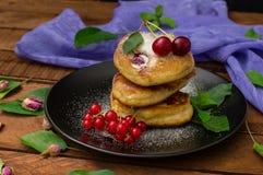 Pancake con le ciliege Priorità bassa di legno Primo piano Vista superiore Fotografia Stock