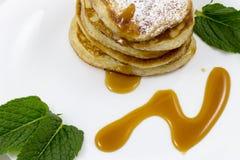 Pancake con le foglie di menta e del miele Fotografia Stock