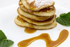 Pancake con le foglie di menta e del miele Fotografia Stock Libera da Diritti