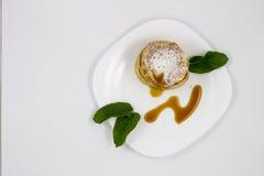 Pancake con le foglie di menta e del miele fotografie stock