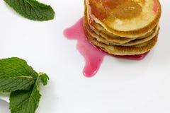 Pancake con le foglie di menta e dell'inceppamento fotografia stock