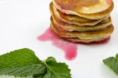 Pancake con le foglie di menta e dell'inceppamento fotografie stock