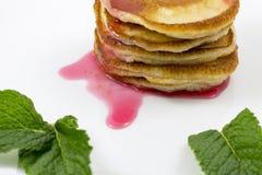 Pancake con le foglie di menta e dell'inceppamento Fotografia Stock Libera da Diritti