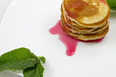 Pancake con le foglie di menta e dell'inceppamento Immagini Stock Libere da Diritti
