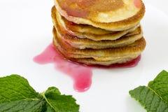 Pancake con le foglie di menta e dell'inceppamento Immagine Stock