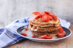 Pancake con le fragole immagini stock libere da diritti