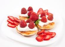 Pancake con le fragole e la crema immagini stock