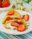 Pancake con le fragole e le margherite su un tovagliolo fotografia stock libera da diritti