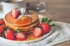 Pancake con le fragole e lo sciroppo Fotografie Stock