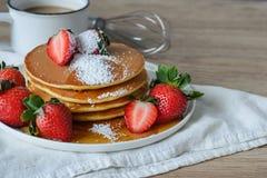 Pancake con le fragole e lo sciroppo Immagine Stock