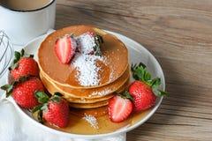 Pancake con le fragole e lo sciroppo Fotografia Stock
