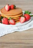 Pancake con le fragole e lo sciroppo Fotografie Stock Libere da Diritti