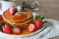 Pancake con le fragole e lo sciroppo Immagine Stock Libera da Diritti