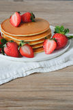 Pancake con le fragole e lo sciroppo Immagini Stock
