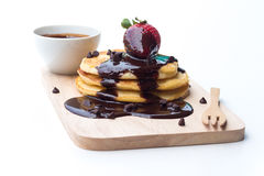 Pancake con le fragole immerse in cioccolato Fotografie Stock