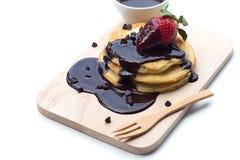 Pancake con le fragole immerse in cioccolato Immagini Stock