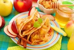 Pancake con le mele, l'uva passa ed il miele stufati Fotografia Stock Libera da Diritti