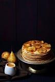 Pancake con le pere caramellate e la salsa salata della caramella Immagini Stock