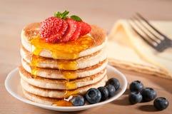 Pancake con lo sciroppo di acero Immagini Stock