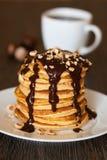 Pancake con lo sciroppo di cioccolato Fotografie Stock
