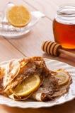 Pancake con miele & il limone Immagine Stock