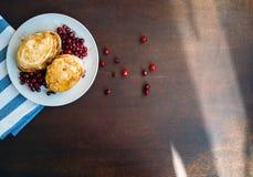 Pancake con miele e le bacche Fotografie Stock Libere da Diritti
