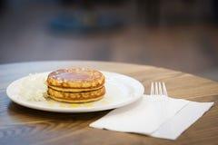 Pancake con miele e panna montata Immagine Stock
