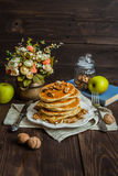 Pancake con miele ed i dadi Fotografie Stock