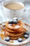 Pancake con miele ed i mirtilli Fotografia Stock