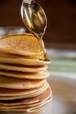 Pancake con miele per la prima colazione Immagine Stock