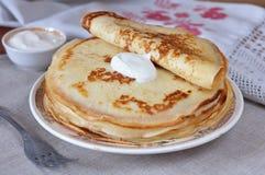 Pancake con panna acida. Immagini Stock