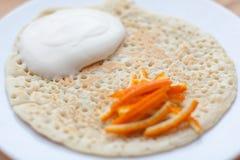 Pancake con panna acida immagine stock