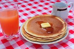 Pancake con succo Fotografia Stock Libera da Diritti