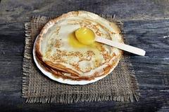 Pancake con un cucchiaio di legno Immagine Stock Libera da Diritti