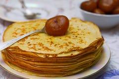 Pancake con un inceppamento del fico sulla cucina Immagine Stock Libera da Diritti