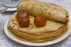 Pancake con un inceppamento e un tè del fico Fotografie Stock