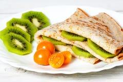 Pancake con un kiwi e fizalisy Fotografia Stock