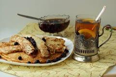 Pancake con un vetro di tè Immagine Stock Libera da Diritti