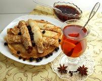 Pancake con un vetro di tè Immagine Stock