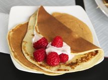 Pancake con yogurt ed i lamponi immagine stock