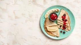 pancake Crepes com bagas As panquecas empilham com mirtilo Vista superior Configuração lisa Espaço para o texto fotos de stock