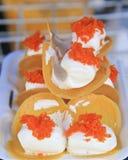Pancake croccante tailandese - i crêpe ed i rossi d'uovo crema dell'oro infilano Immagine Stock